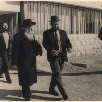 הרב צבי יהודה בכניסה לישיבה