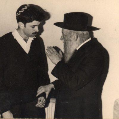 הרב צבי יהודה עם תלמיד
