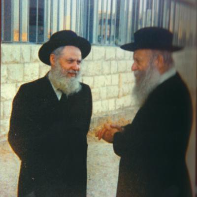 """הרצי""""ה והרב אברהם שפירא בכניסה לישיבה"""