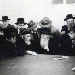 הרב פרום בחתונתו, לידו הרב איסר זלמן מלצר, מאחוריו חותנו הרב רענן